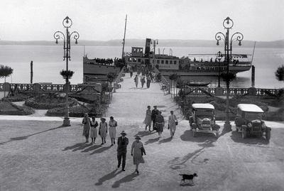 Lago di Garda - Sirmione - Arrivo del Piroscafo, 1925 ca, fotocartolina (particolare), edizioni. A. Pandini, Brescia, collezione U. Torboli