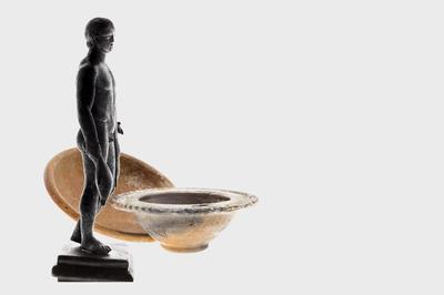 Bronzetto di Mercurio, II secolo d.C., ciotola in ceramica invetriata, IV-VI secolo d.C., piatto in terra sigillata, ph Marina Gallandra