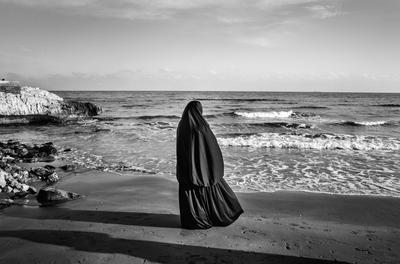 Fabio Bucciarelli, The Dream - Una donna siriana guarda il mare dalla spiaggia di Kizkalesi, Turchia, gennaio 2015
